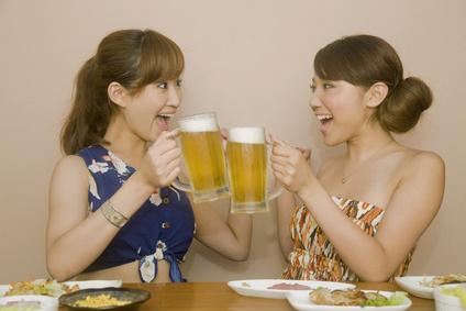 飲み会中ビールで乾杯をする女性2人